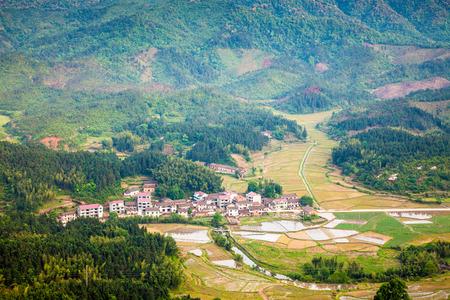 Village dans la vall�e � Fuzhou Zixi County, province de Jiangxi, en Chine