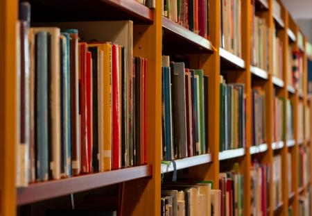 Étagères à livres dans la bibliothèque de Stockholm