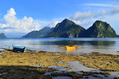 nido: traditional philippine boats in the water with limestones in the background, el Nido, Palawan, Phillipines Stock Photo