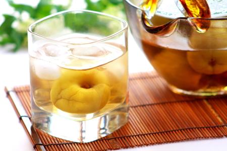 梅酒は、ロックで提供しています