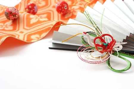 水引細工の形クレーン、ボールのペーパー クラフトや着物サッシュ ベルトの扇子。 写真素材