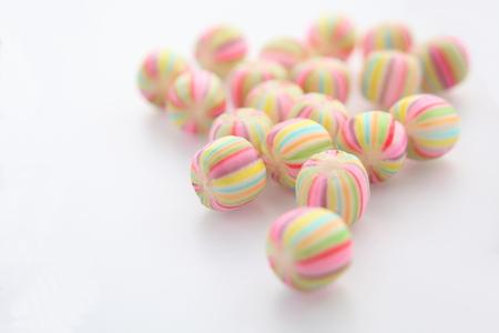 白地にカラフルなキャンディ 写真素材
