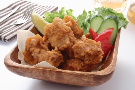 白い背景のサラダとフライド チキン