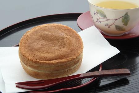 丸い形のケーキを含む赤い豆糊、和菓子
