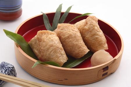 いなり寿司に包まれた揚げ豆腐和食