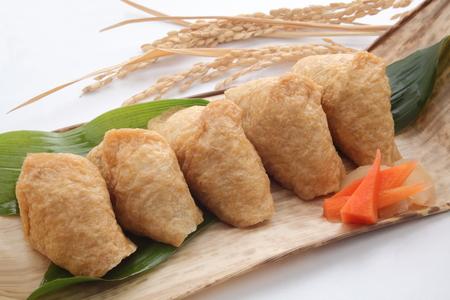 稲荷揚げ豆腐ランチ、日本料理の竹の皮に包まれた寿司 写真素材