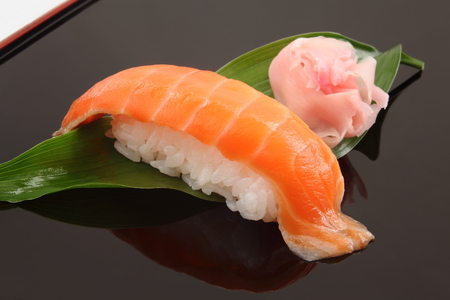 サーモン寿司 1 個、日本食 写真素材
