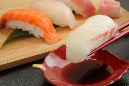 醤油、日本食と混合寿司盛り合わせ