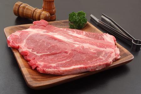 アメリカ牛ロース肉のスパイスのミルを木製の板
