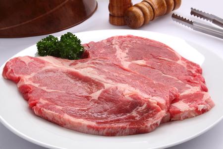 白い背景の上のアメリカの牛ロース肉