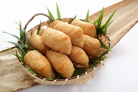 いなり寿司。酢 Ed 米に包まれた日本食、昼食のため竹の皮揚げ豆腐