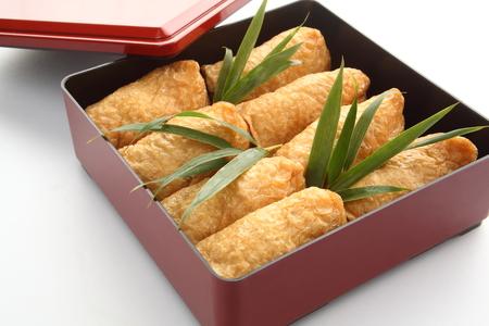 いなり寿司。笹の葉、和食でランチ ボックス入り揚げ豆腐に包まれた米酢 Ed