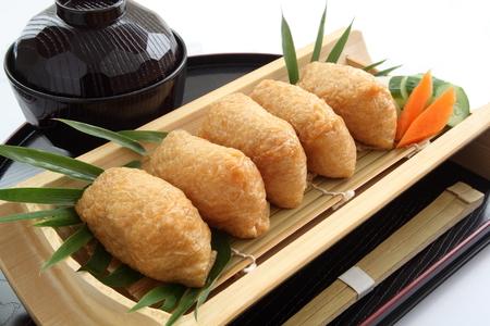いなり寿司。漬物と味噌汁、和食と揚げ豆腐に包まれた米酢 Ed