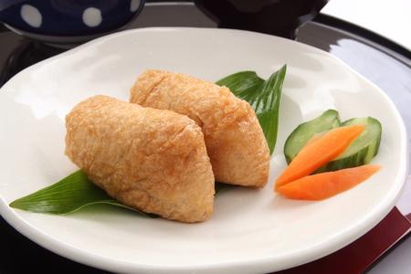 いなり寿司。米酢 Ed に包まれた漬物、揚げ豆腐和食