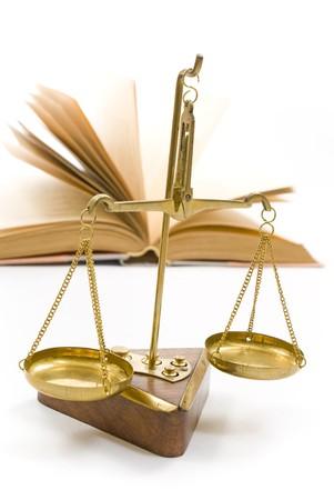 biased: Scale di giustizia e il libro aperto Archivio Fotografico