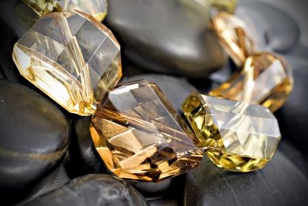 piedras preciosas: pulsera con piedras de colores y piedras zen aisladas sobre un fondo blanco