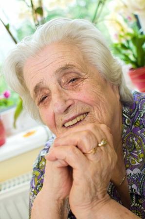 grandmas: Feliz viejo canoso mujer