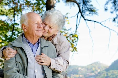 pareja saludable: Hermosa pareja de ancianos en el parque