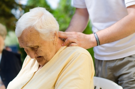 Senior la mujer teniendo un masaje