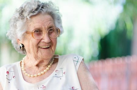 Portret van een lachende oudere vrouw Stockfoto