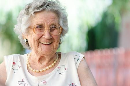 vejez feliz: Retrato de una mujer de edad