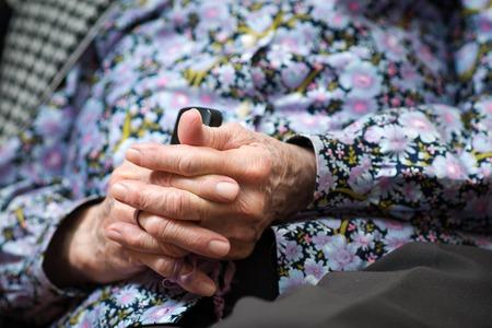 mujer orando: Las manos de la anciana - que oran