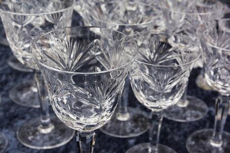 Feine Kristallgläser glänzendes Fühltischprodukt Trinkendes Gastronomie-Gruppenrestaurant