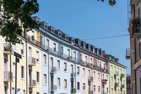 Regenbogen Mehrfarbige Häuser Typische europäische Architektur Farben Stadt Wohngebäude Standard-Bild - 80618880