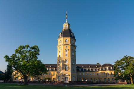 Nordseite des Schlosses Karlsruhe Schloss in Deutschland Blauer Strahl Architektur Standard-Bild - 80618814