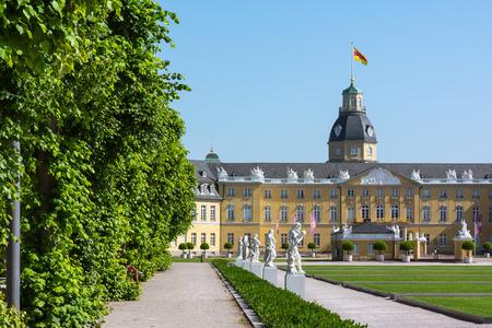 카를 스루에 궁전 (Karlsruhe Palace) 중심부 독일 성 캐슬 슐 로스 (Castle Schloss) 건축 공원 스톡 콘텐츠