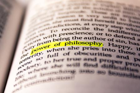 Boek gemarkeerd woord geel Fluorescent markeerstift oud trefwoord kracht van filosofie