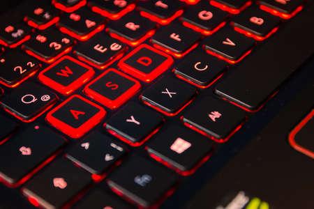 Red Backlit Computer Gaming Keyboard Action Gamer Ausrüstung Controller Desktop Laptop WASD Standard-Bild - 82800779