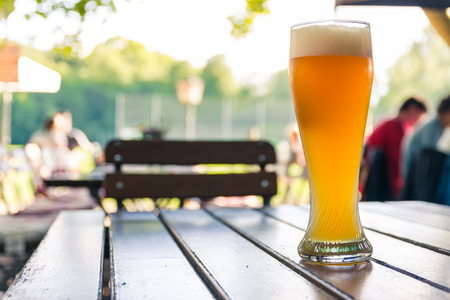 Cerveja alemã 0,5 Litro em mesa de madeira Biergarten Características culturais Belo dia Foto de archivo - 83157369