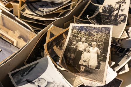 Oude doos met foto's Edges gedragen collectie Vintage geschiedenis Familie-nostalgie