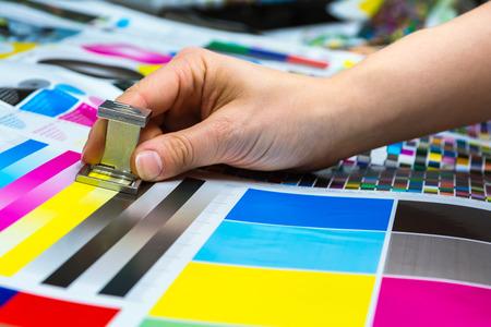 Drukowanie licznika nici używane przez kobietę ręczną pomiar zarządzania kolorami obiekt przemysłu zbliżenie