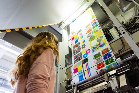 Ingeniera chica joven Especialista en impresión Gravure Grabado en hueco Empaquetado de máquina industrial Periódico Producción industrial masiva