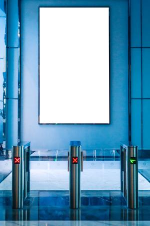 Maqueta blanca rectangular de valla publicitaria en la estación de metro