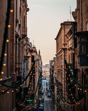 Valleta Malta Street Looking Down Lights Alley Buildings Walls Travel Reklamní fotografie