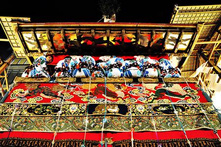 京都: 京都で 2011 年 7 月 15 日の祇園祭の間にパレードで日本の伝統的衣装でその付属の男性と一緒に非常に装飾されたフロート。 報道画像