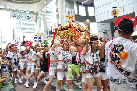 Osaka, Japón - 25 de julio 2012: santuario portátil de oro realizado y adorado por los participantes del Festival Matsuri Tenjin, el mayor festival en Osaka haciendo alarde de una historia de mil años.