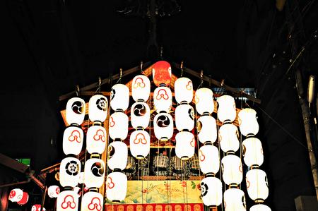 京都祇園祭、日本での灯籠で飾られたフロートします。