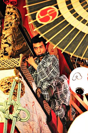 2011 年 7 月 15 日 - 京都市: 京都で祇園祭に神輿に正体不明男性パフォーマー 報道画像