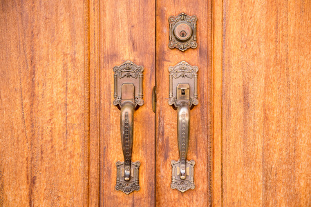 木製のドアにロック付きヴィンテージ真鍮ドアハンドル 写真素材 - 104030629