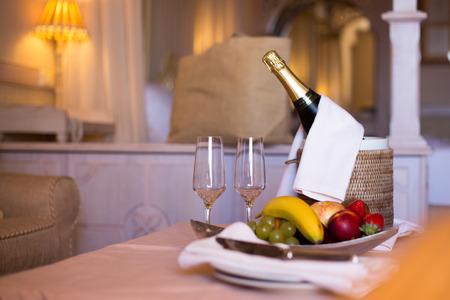 Champagne In Een Hotelkamer, Ijsemmer, Glazen En Vruchten Op Een Plaat - Huwelijksreisconcept