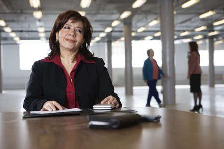 熟考のビジネス女性の視点。