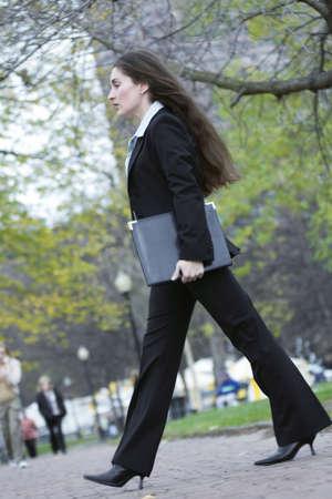Vue d'une femme d'affaires de passage une rue.  Banque d'images - 3083892