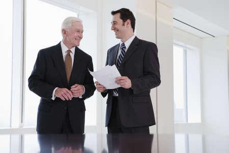 and authority: Vista de los empresarios discutiendo en una oficina.