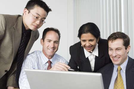 discutere: Businesspeople guardando un computer portatile.