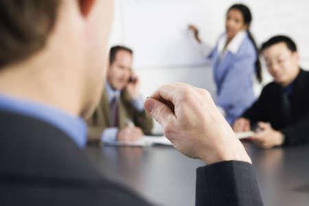 discutere: Visualizzazione di businesspeople in un ufficio.