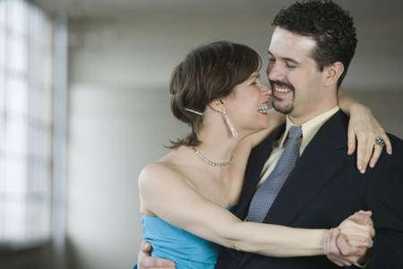 mid adult couple: Primer plano de una pareja de adulta media bailando